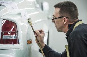 Ruční práce zvedá cenu luxusních aut. Některé modely mají obšívaný volant nebo hvězdnou oblohu na stropě