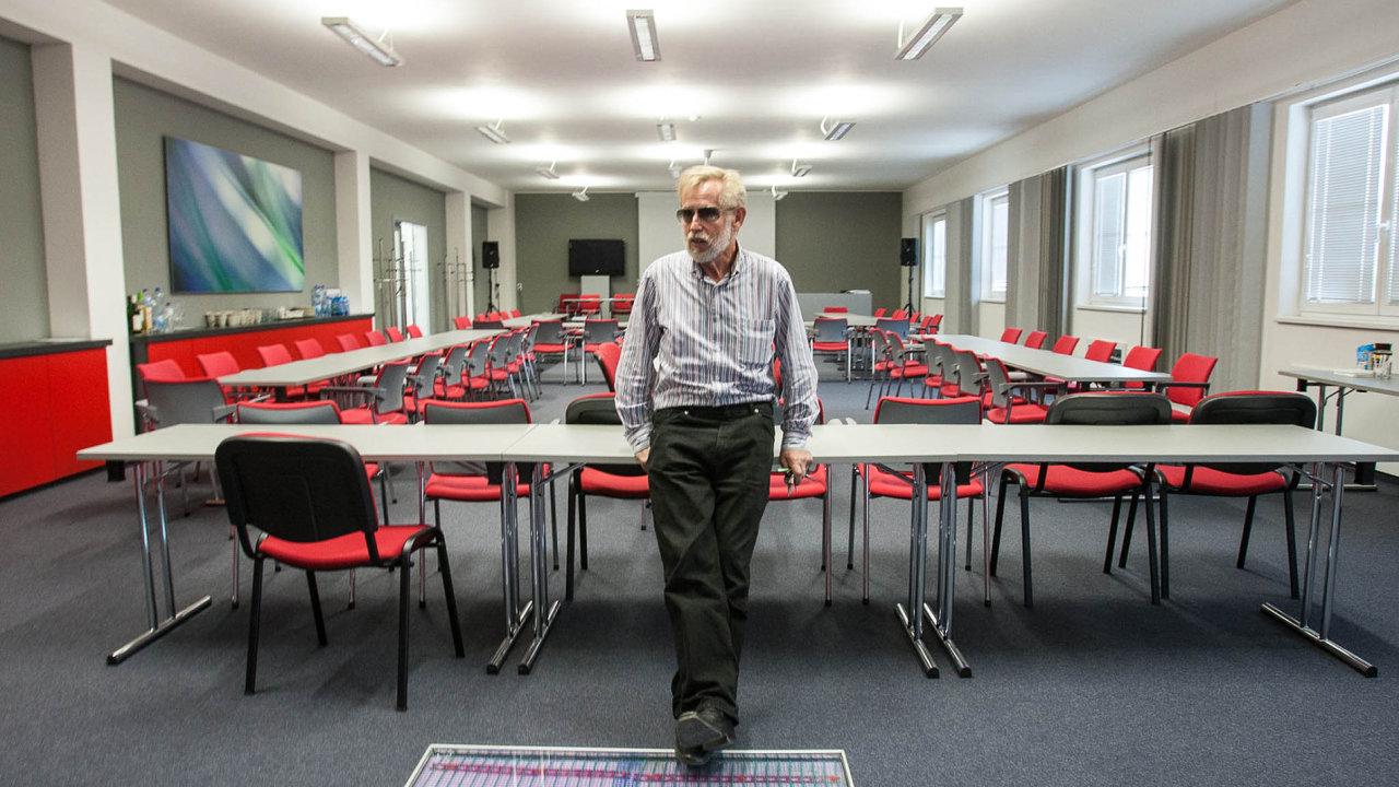 Michal Rybář ve svém centru v Zápech. V přízemí vyrábí své úsporné technologie a experimentuje s nimi, v horním patře pořádá konference.