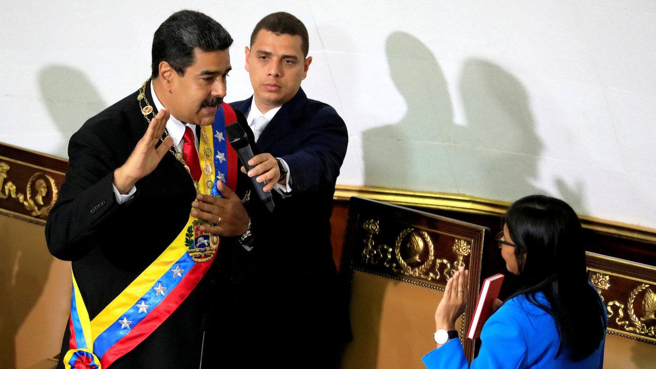 Nicolás Maduro skládá po svém volebním vítězství prezidentskou přísahu. Opozice hlasování bojkotovala.