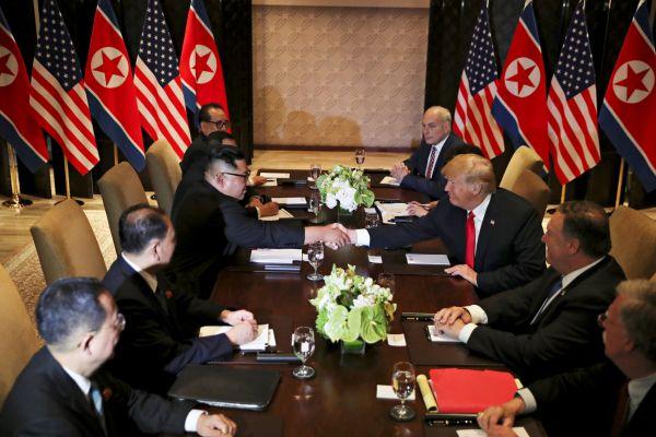 Dlouho očekávané setkání: Donald Trump a Kim Čong-un si potřásli rukama v Singapuru