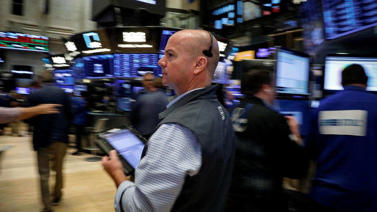 Americké akciový index S&P 500 letos přidal 4,14 procenta. Oproti maximům z přelomu ledna a února ale stále zaostává. Snímek je z parketu newyorské NYSE.