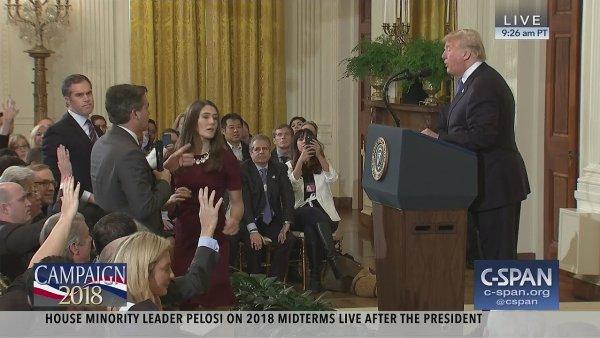 Záběry televize C-SPAN z tiskové konference Donalda Trumpa. Americká média diskutují o tom, jestli je Bílý dům v klíčové pasáži upravil, aby redaktor CNN působil agresivněji.