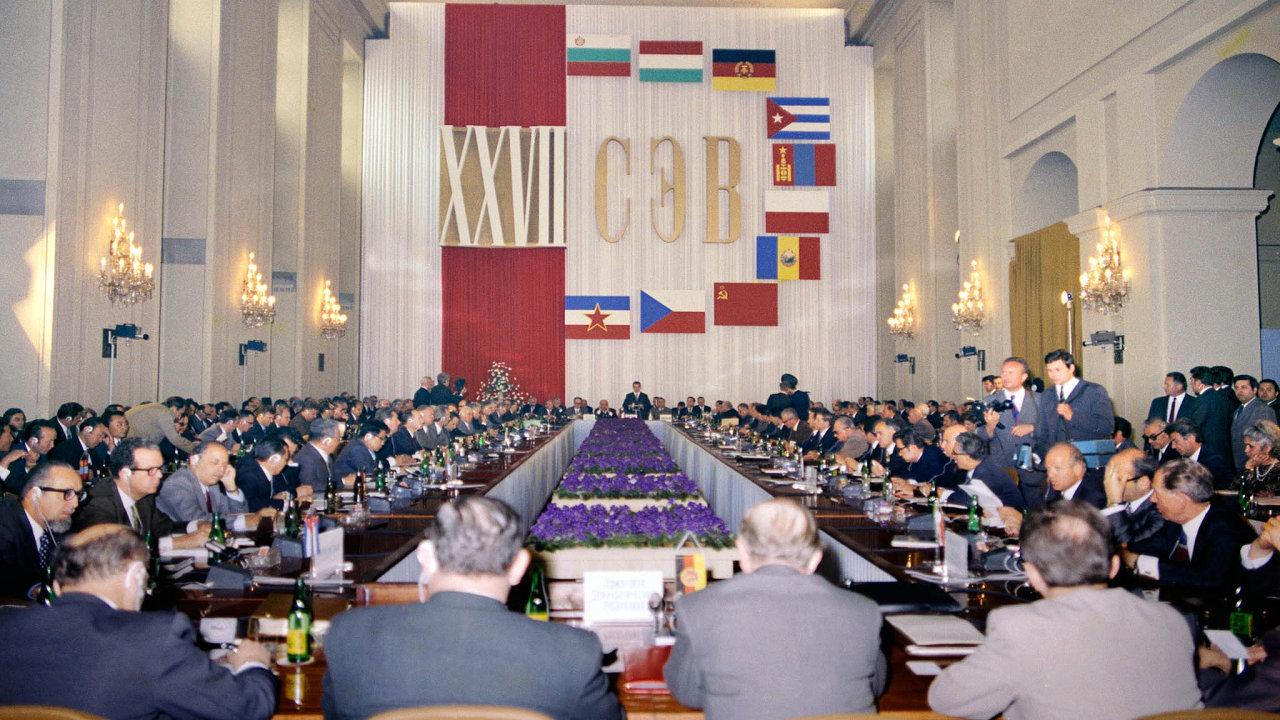 Musíme si pomáhat. Doslova… 27. zasedání RVHP, tentokrát v Praze. Mezi členskými zeměmi ještě chyběl Vietnam, který se připojil o dva roky později.