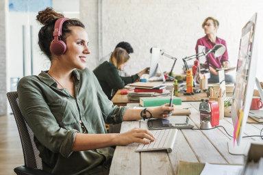 Mnozí zaměstnanci imanažeři se pro lepší výsledky obrací kumění. Třeba hudba jim pomáhá lépe se soustředit. Mnozí vumění zároveň hledají inspiraci.