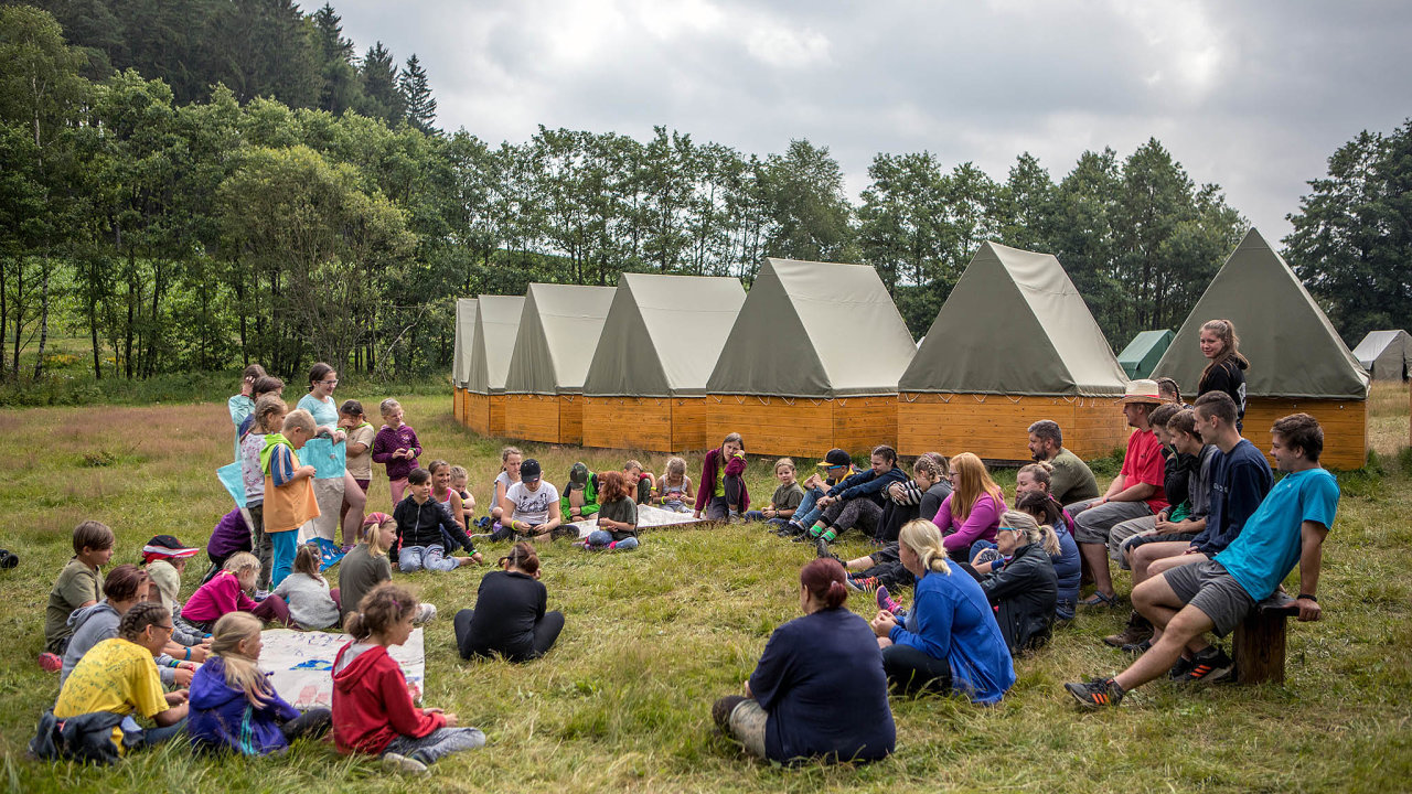 Zatímco pro skautský oddíl z Bystřice nad Pernštejnem je tábor vyvrcholením celoročních aktivit, většina dětí, která v létě odjíždí na tábor, je odkázaná na komerční nabídku.