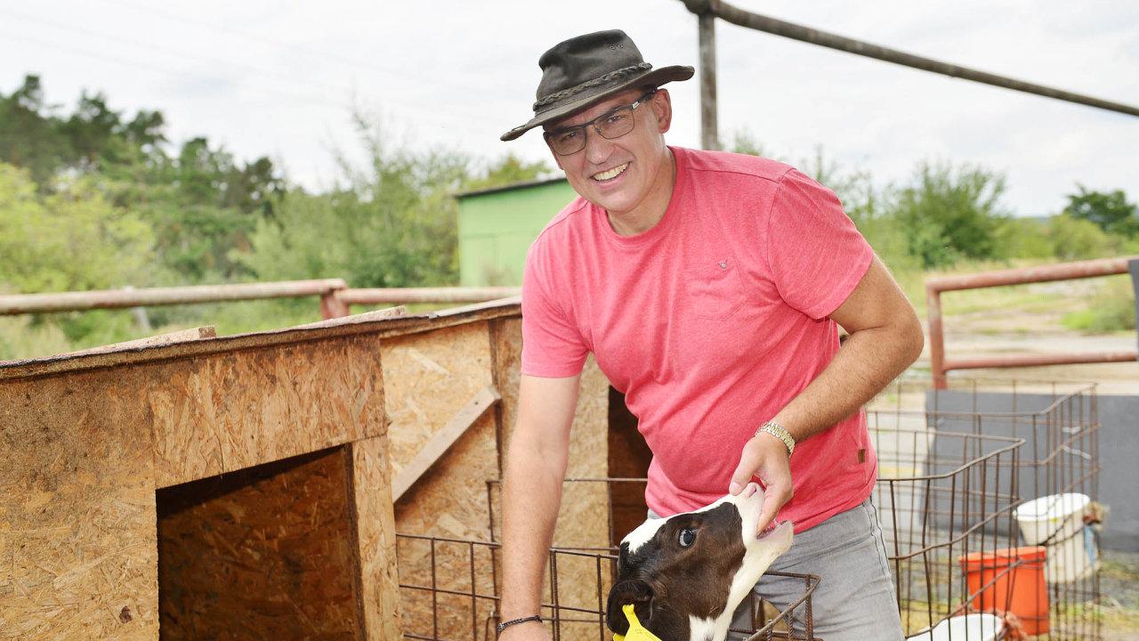 Inamléku lze vydělat. Podle Pavla Šrámka může být chov dojnic ziskový, když si farmáři mléko sami zpracují aprodají.