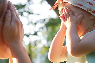 Děti se učí mluvit už v děloze. Nejranější vývoj jazyka zkoumají čeští vědci.