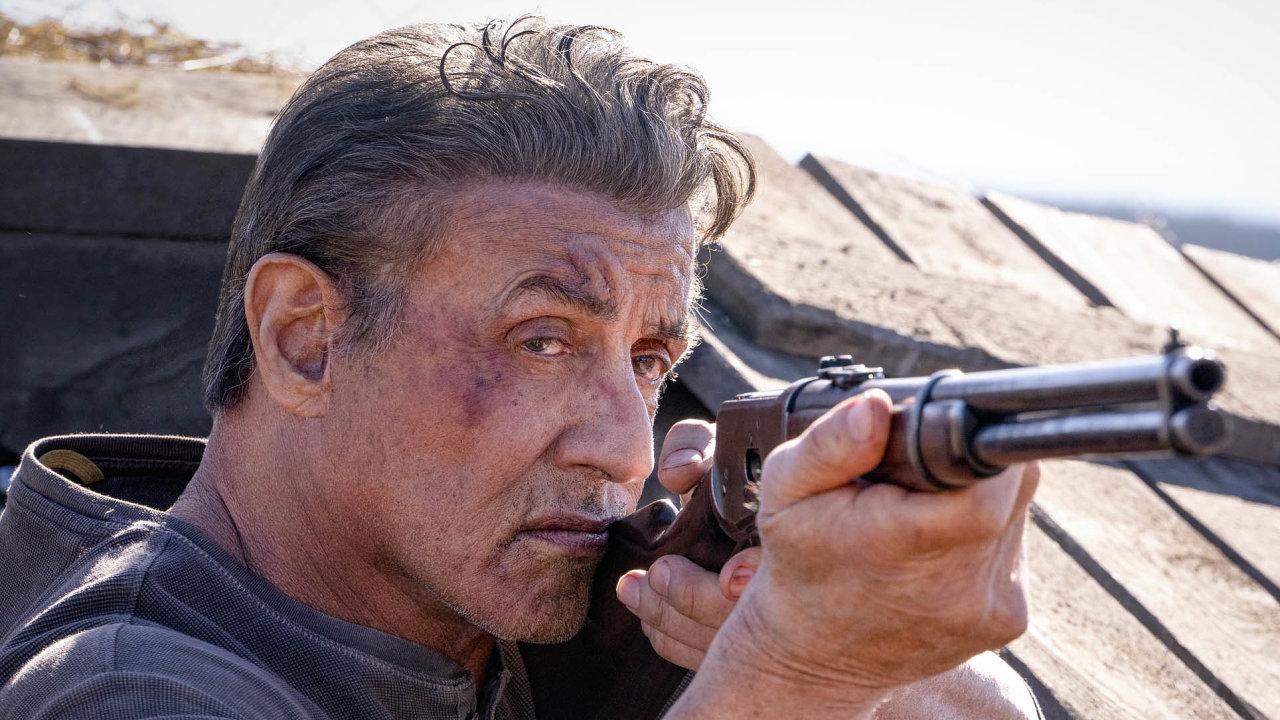 Nový Rambo (nasnímku jeho představitel, třiasedmdesátiletý Sylvester Stallone) je laciné béčko, které se pokouší spojit filmy opomstě afilmy ozáchraně milované osoby.