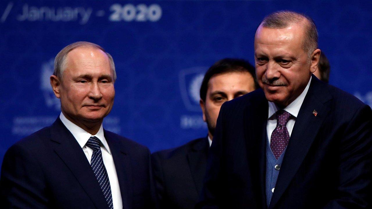 Po ruském leteckém úderu, při kterém bylo zabito 33 tureckých vojáků požádal turecký prezident Erdogan (vpravo) NATO o pomoc a otevřel hranice s EU pro uprchlíky