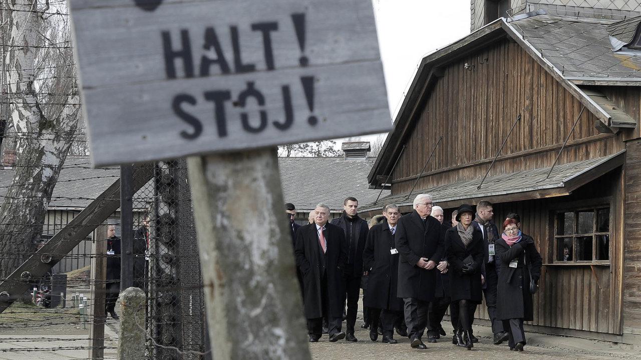 Pieta v táboře: Uctění památky obětí tábora vOsvětimi se v pondělí zúčastnily delegace zvíce než 30 zemí. Květiny přinesl i německý prezident Frank-Walter Steinmeier (uprostřed).