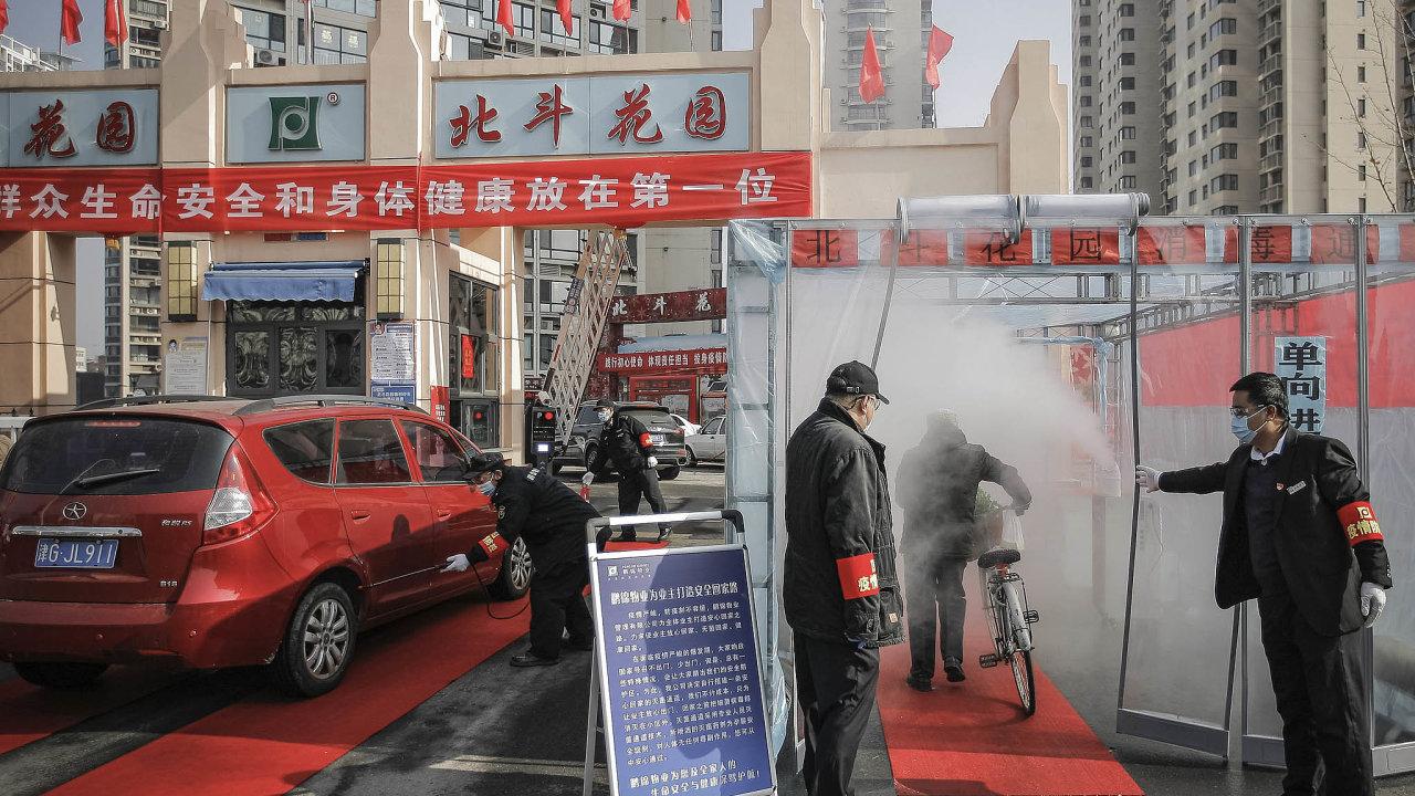 Boj s koronavirem pokračuje, nákaza zatím postihuje především Čínu.