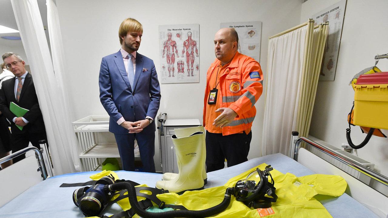 Ministr zdravotnictví Adam Vojtěch (vlevo) si prohlédl za doprovodu vedoucího Stálé lékařské služby Letiště Praha Davida Kloučka zázemí letiště. Zajímal se o opatření proti šíření koronaviru v Evropě.