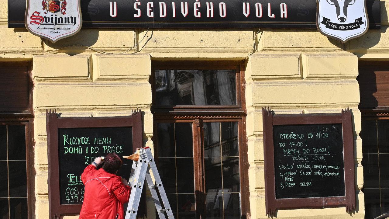 Jediným zdrojem příjmu českých restaurací je teď rozvoz jídla či prodej zokénka. Itěm, které takto fungují, ale klesly tržby ovyšší desítky procent. Nasnímku je restaurace UŠedivého Vola v Brně.