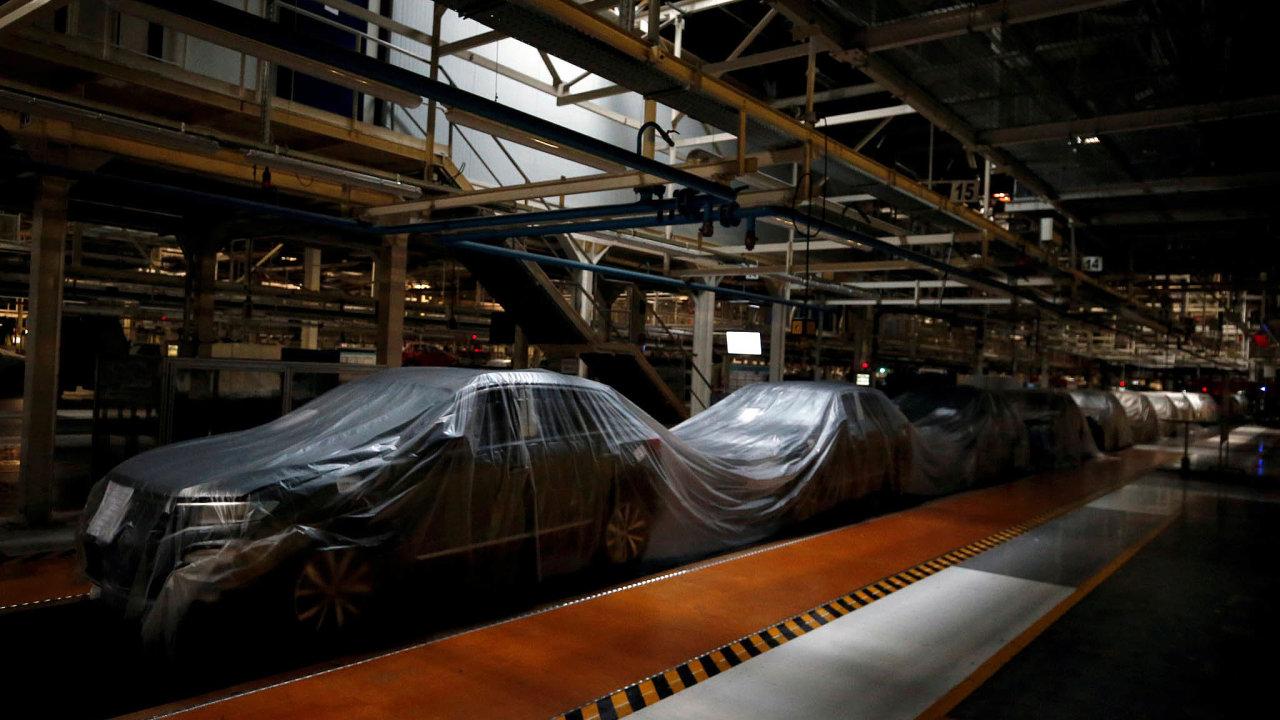 Výroba aut v Evropě stojí v desítkách továren. Mnoho z nich včetně Volkswagenu (na snímku jeho závod v Portugalsku) chystá hlavní vlnu jejich znovuotevírání na příští týden.