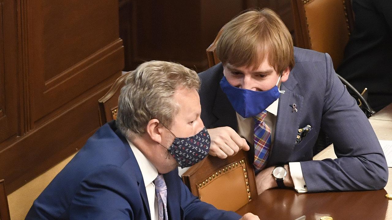 Ministr životního prostředí Richard Brabec (vlevo) a ministr zdravotnictví Adam Vojtěch 16. června 2020 na schůzi Poslanecké sněmovny.