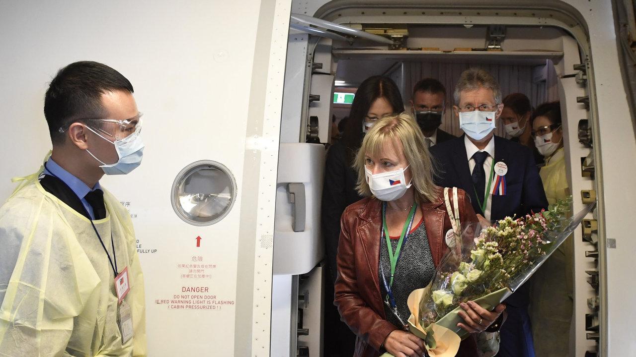 Předseda českého Senátu Miloš Vystrčil (vpravo) s manželkou (v popředí) přiletěli 30. srpna 2020 do Tchaj-peje na návštěvu Tchaj-wanu.