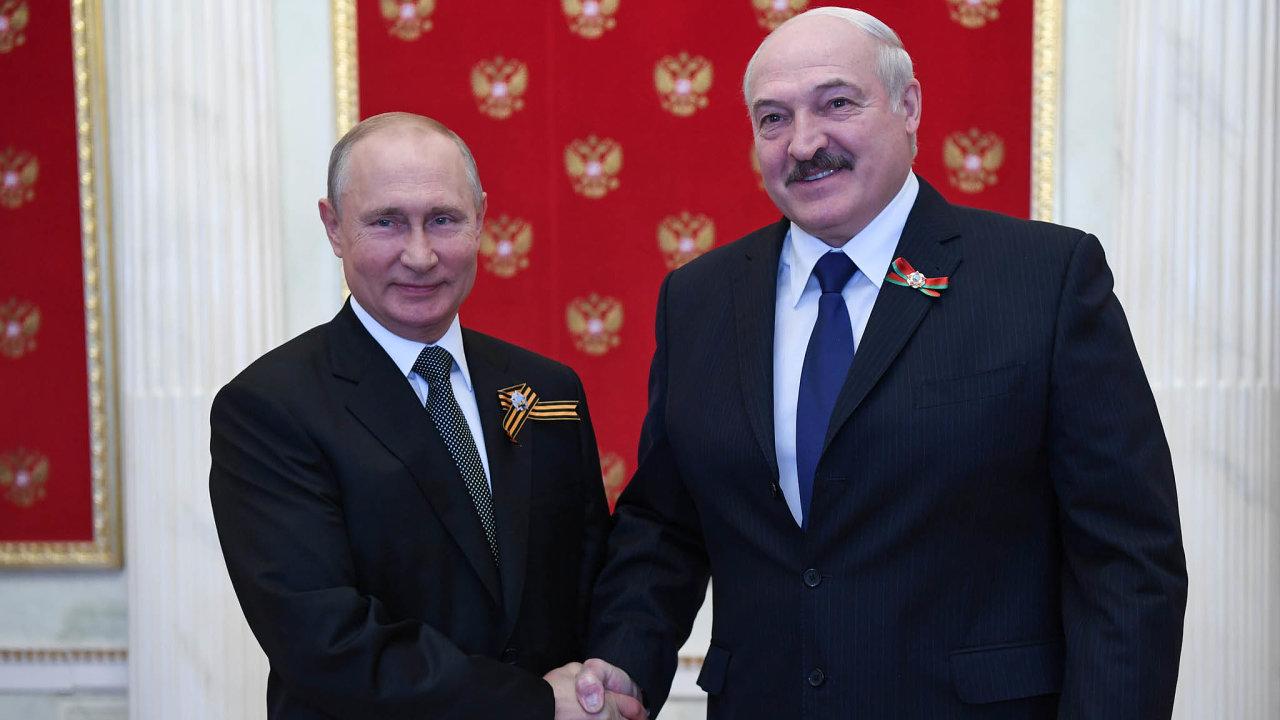Co udělá Kreml: Ruský prezident Vladimir Putin (vlevo) stále neřekl, že by Rusko podrželo Lukašenka umoci vojensky, ikdyž to Lukašenko tvrdí.