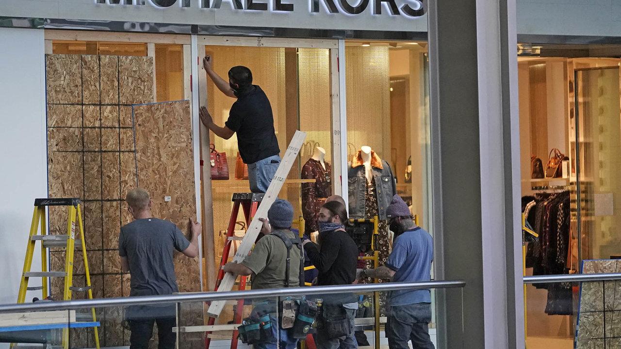 Některé obchody v USA se už dopředu připravují napřípadné pouliční nepokoje, kterých se po volbách jejich majitelé obávají.