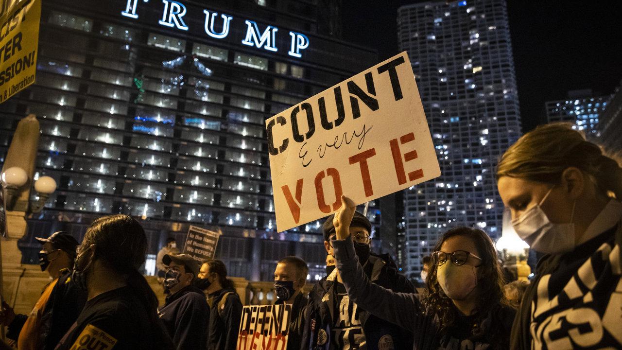 Trumpova obvinění, že volby jsou zmanipulované, a mělo by se tak zastavit sčítání hlasů, vyústilo v Chicagu v protesty.