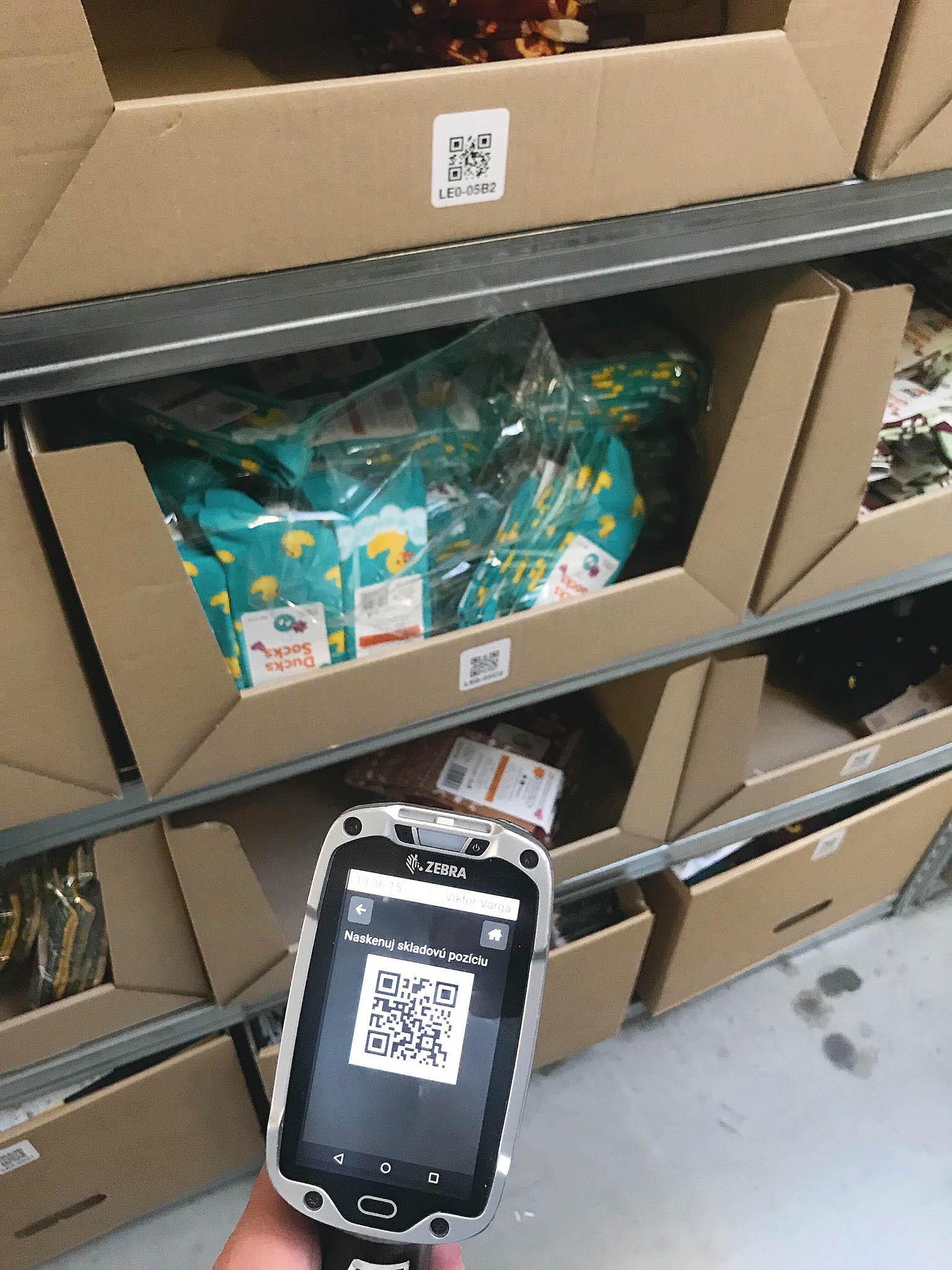 Sklad nyní pokrývá wi-fi připojení, zaměstnanci dostali mobilní terminály ačtečky QR kódů. Nasnímku zařízení značky Zebra.