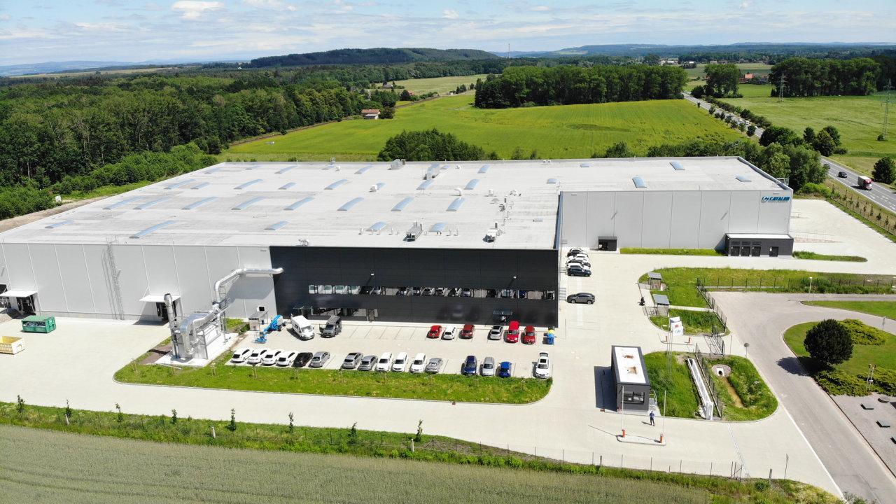 V průmyslovém areálu v Týništi nad Orlicí od developera Demaco používá uživatel haly, společnost Cataler, předčištěnou dešťovou vodu ve své výrobní technologii.
