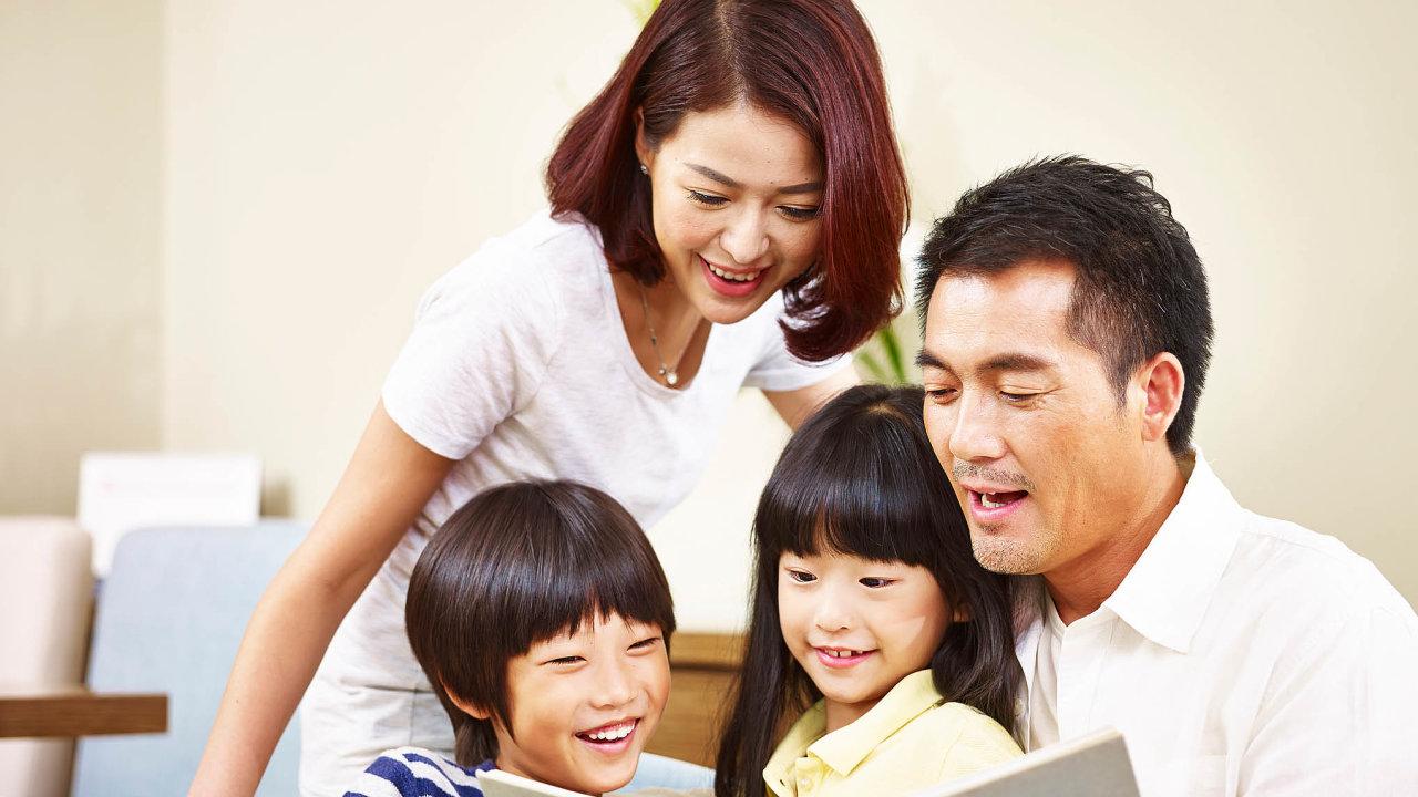 Peking před pěti lety opustil politiku jednoho dítěte a povolil rodinám mít dva potomky. Nyní uvažuje o zmírnění pravidel na tři děti.