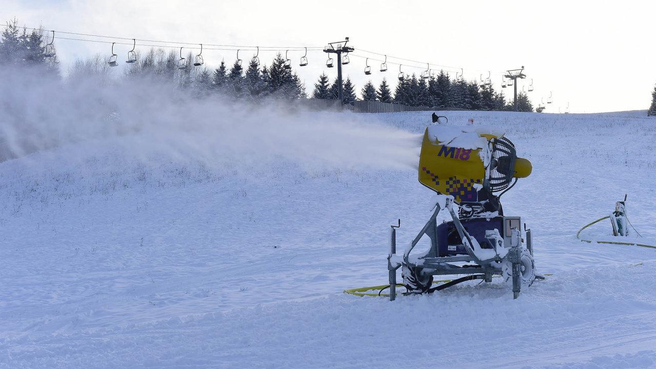 Sněhu je dost: Skiareály jsou ispomocí zasněžovací techniky připravené ačekají naotevření. V pondělí vláda rozhodla, že vpátek donich pustí lyžaře.