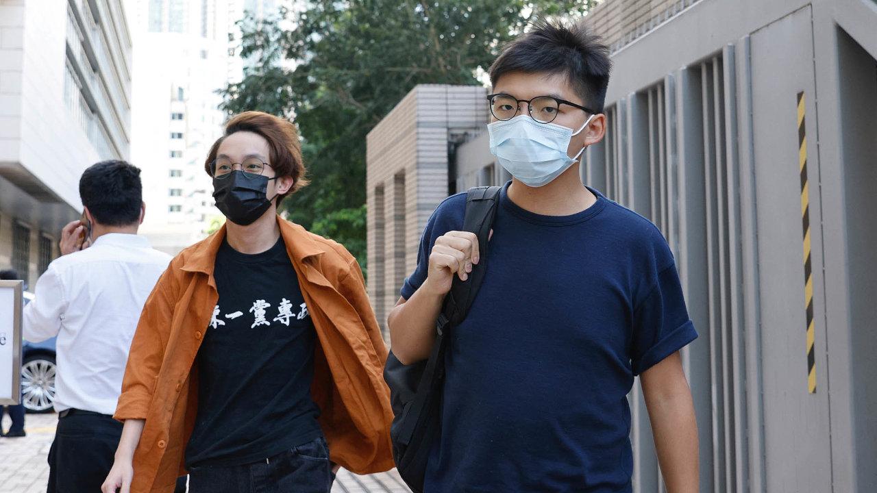 Mezi obviněnými vHongkongu je izřejmě nejznámější tamní aktivista Joshua Wong, který byl odsouzen aje vevězení kvůli účasti naprotivládních demonstracích vroce 2019.
