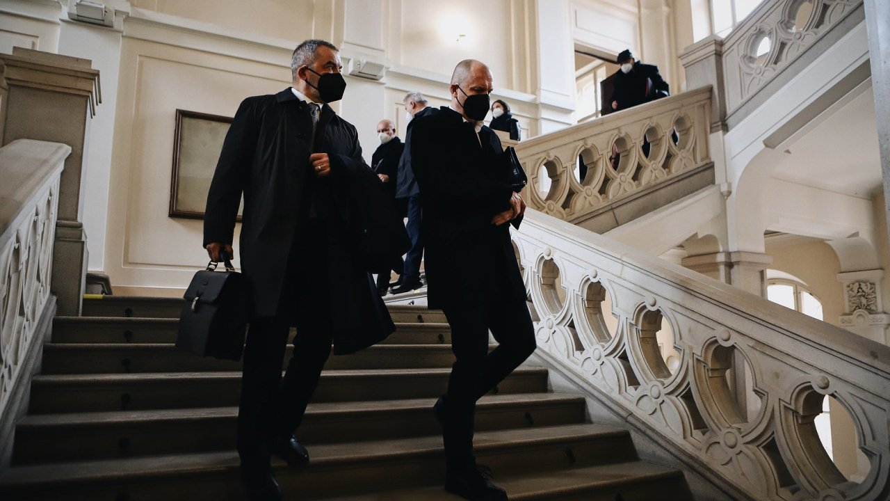 Obžalovaný expolitik Jiří Švachula na schodech brněnského krajského soudu se svým obhájcem Kárimem Titzem.