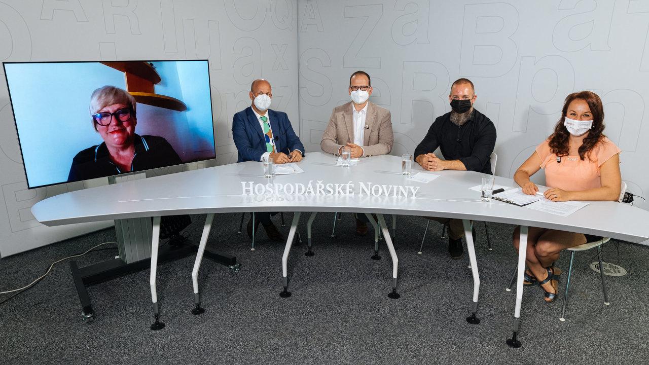Diskuse se zúčastnili (zleva): Lenka Mynářová (Nafigate Corporation), Petr Hlubuček (hl. město Praha), Jan Koubský (Mondi Štětí) a Ivan Holub (Billa). Moderovala Zuzana Keményová.