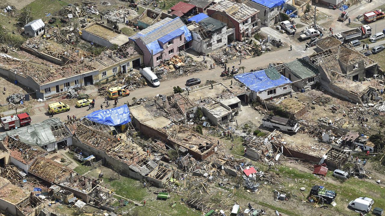 Obec Hrušky na Břeclavsku na leteckém snímku z 26. června 2021. Vesnici ve čtvrtek zasáhlo tornádo.