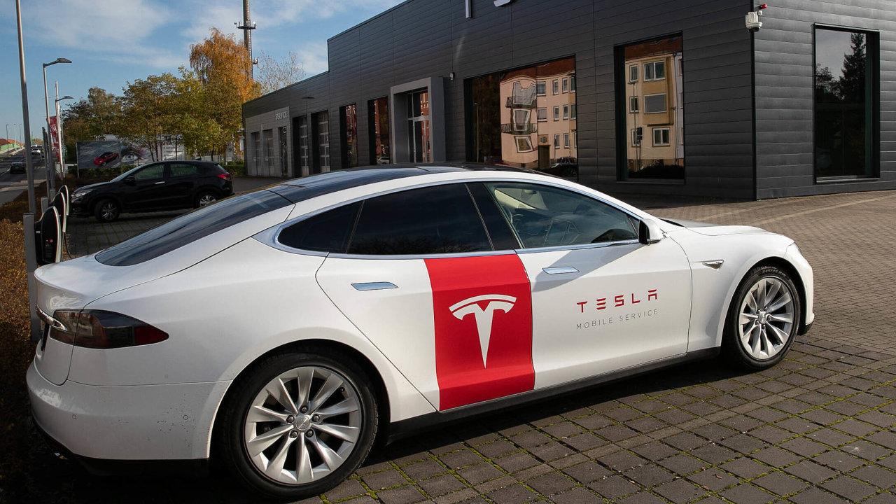 Čtvrtletní zisk výrobce elektromobilů Tesla poprvé překonal miliardu dolarů. Firma si lépe než konkurence poradila s nedostatkem čipů.