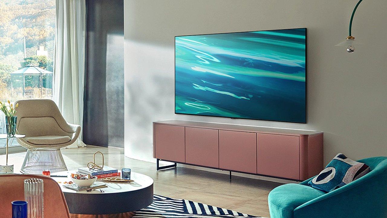 QLED televize Samsung QE55Q80A míří do obýváků i ložnic, nebojí se ale ani zasedacích místností