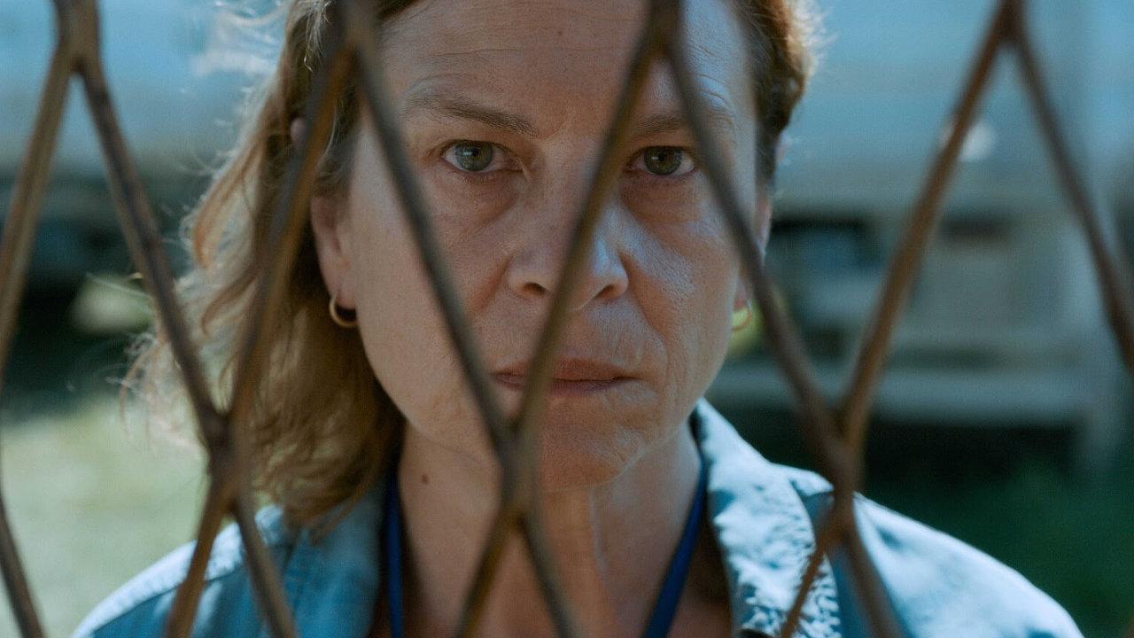 Tlumočnice Aida vpodání srbské herečky Jasny Duričičové bezmocně hledí vstříc blížící se apokalypse.