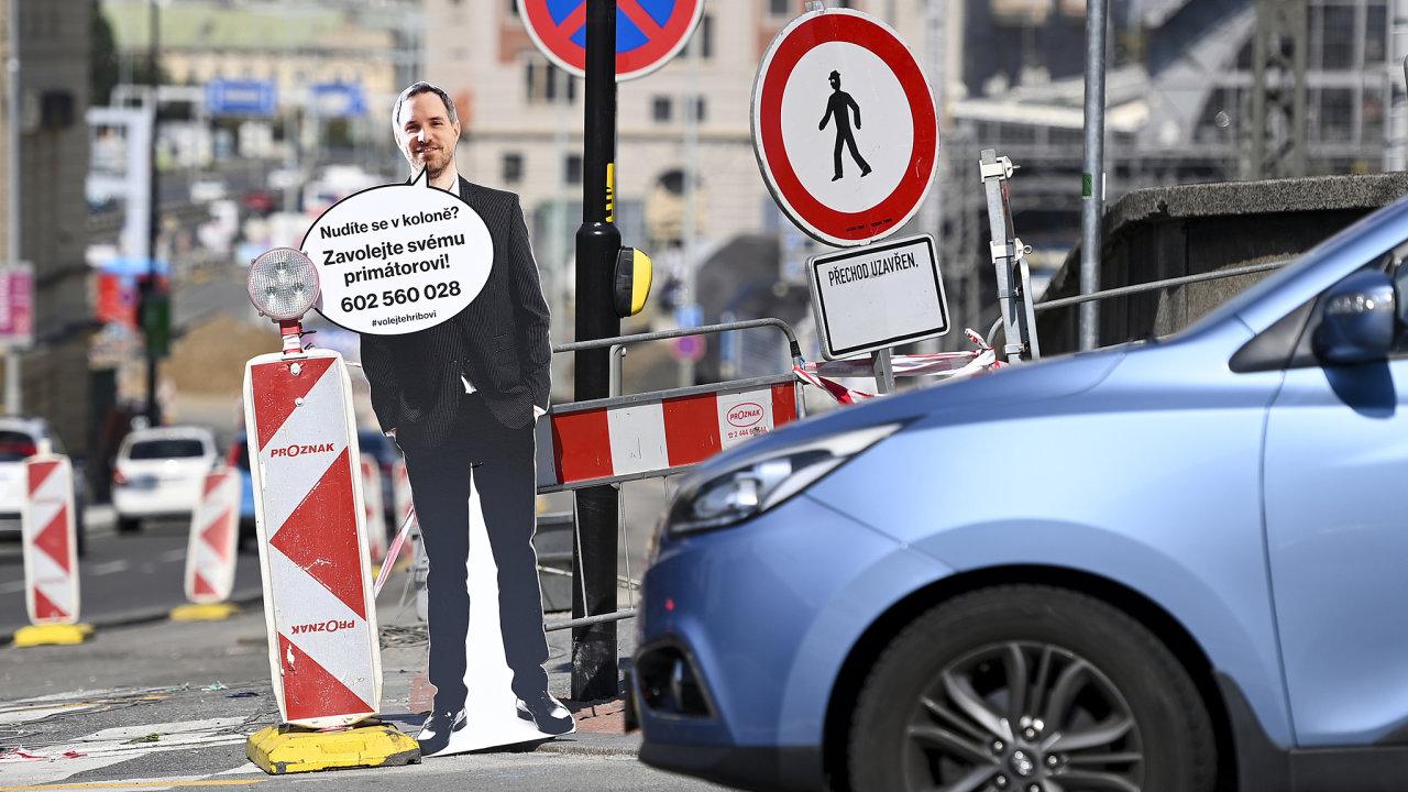 Politická jízda: Figurína pražského primátora Zdeňka Hřiba v životní velikosti se tento měsíc objevila v pražské Legerově ulici jako reakce na dopravní zácpy v hlavním městě.