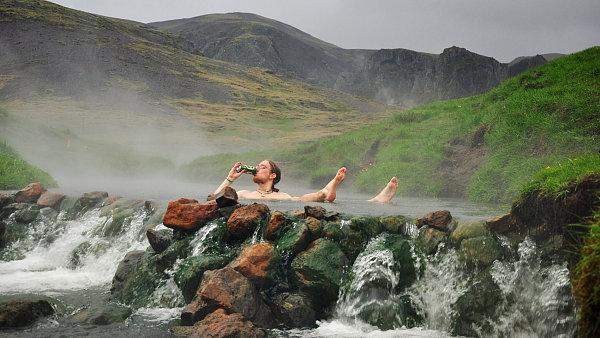 Autor článku při koupeli v termálním jezírku.