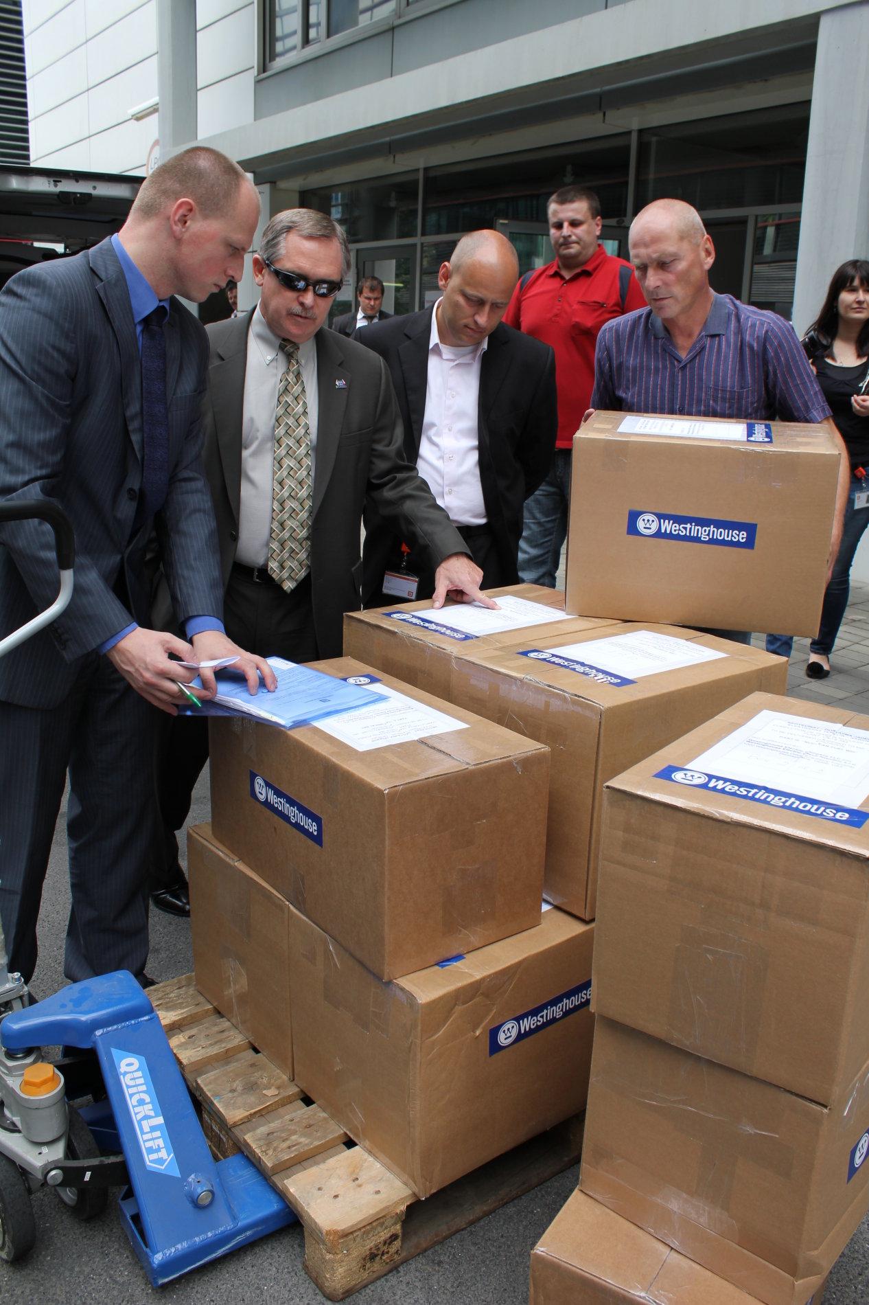 Boxy s dokumentací nabídky od americké společnosti Westinghouse před centrálou ČEZu.