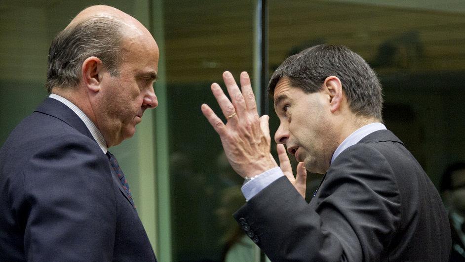 Španělský ministr financí Luis de Guindos se svým portugalským protějškem Vitorem Gasparem na jednání o bankovní unii.