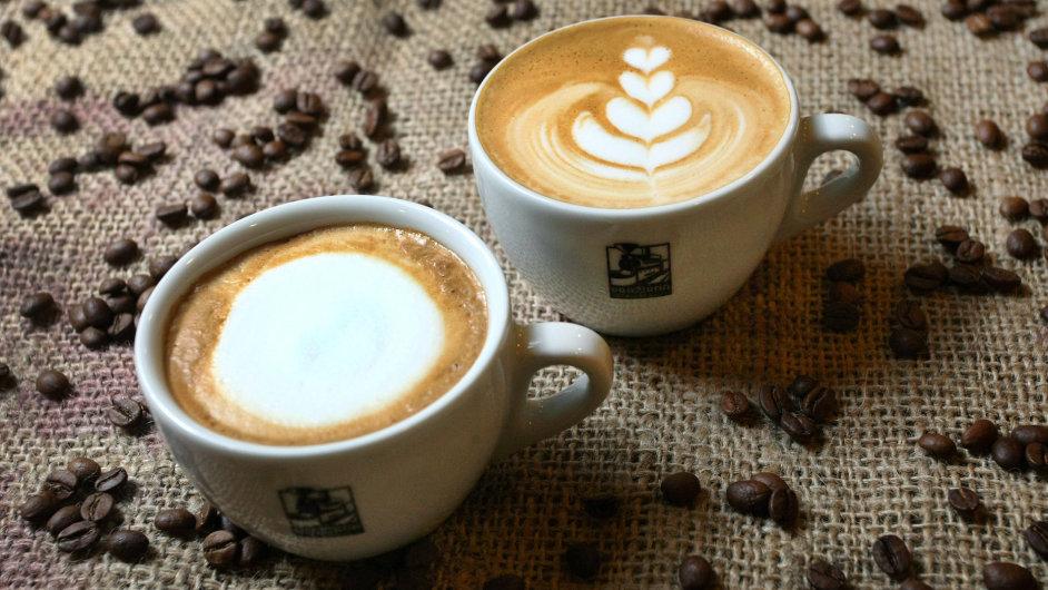 Bez čepice z mléčné pěny a bez skořicového posypu. Takto má vypadat cappuccino.