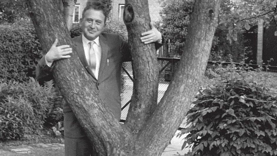 Papuškova kniha líčí, jak Egon Hostovský uspěl i neuspěl ve světě