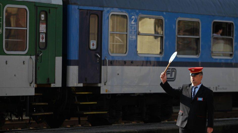 Více jak 56 procent zakázek státních železnic si rozdělilo sedm firem.