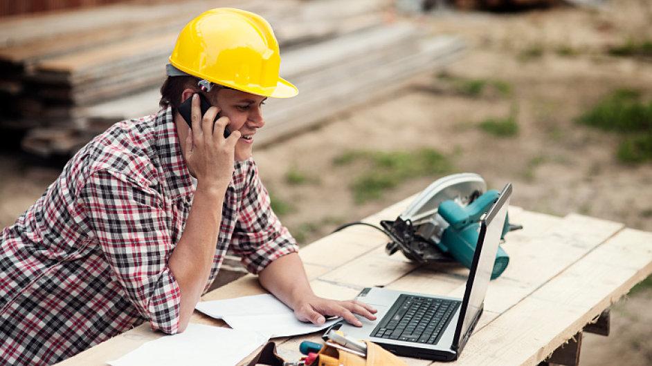 Podnikatel, řemeslník telefonuje. Ilustrační foto