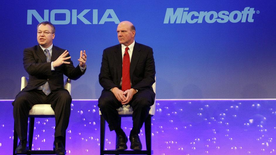 Šéf Nokie Stephen Elop (vlevo) a bývalý šéf Microsoftu Steve Ballmer. (Archivní foto)