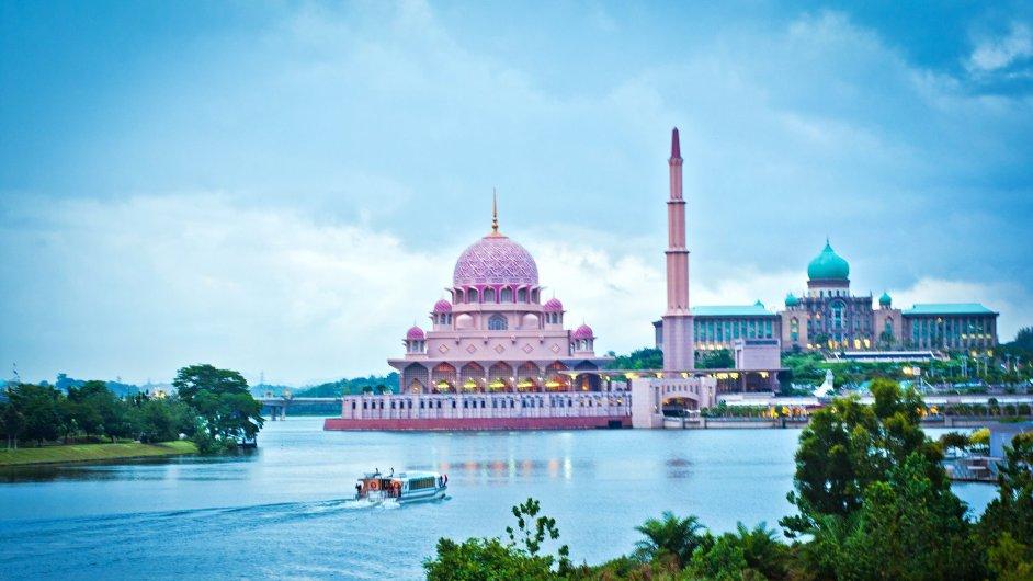 Mešita Putra z roku 1999 v malajsijském městě Putrajaya pojme 15 tisíc věřících.