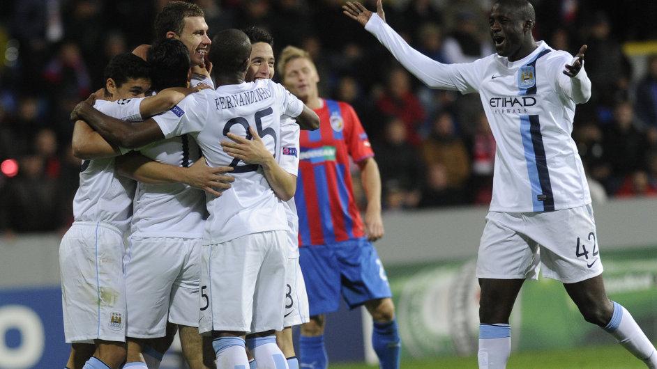 Fotbalisté Manchesteru City se radují z gólu v Plzni