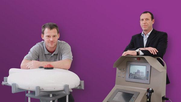 Izraelec Doron Schulz (vpravo) p�i�el s ideou monitorovac�ho balonu. �ech Jan Vav��k projekt dot�hl a� do funk�n�ho prototypu.
