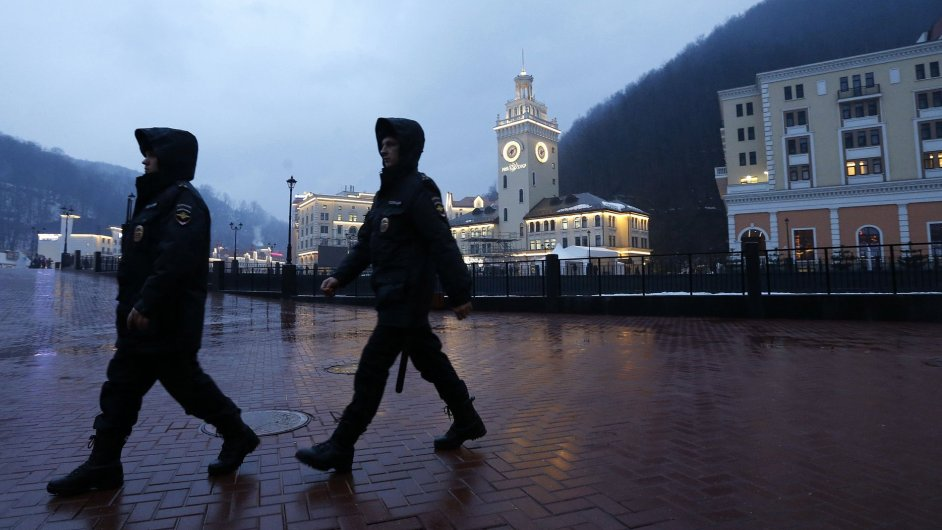Policejní hlídka v dějišti zimní olympiády.