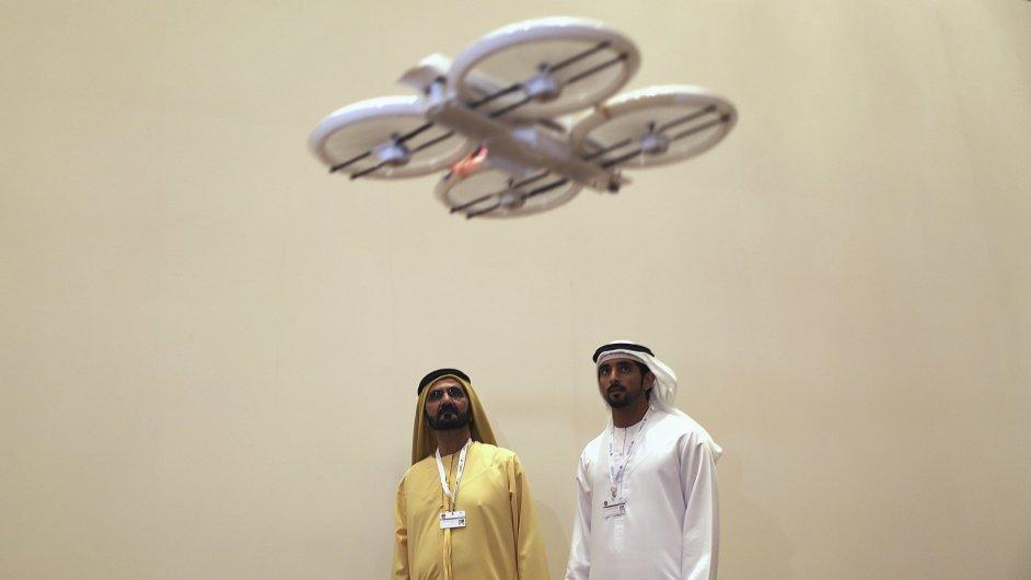 Předseda vlády a dubajský emír Muhammad ibn Rašíd al-Maktúm (vlevo) pozoruje prototyp