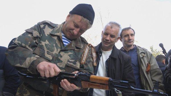 Proruští aktivisté v Simferopolu, hlavním městě Autonomní republiky Krym, která je součástí Ukrajiny.