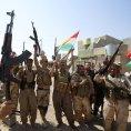 Kurd�t� bojovn�ci oslavuj� dobyt� m�sta Sulajm�n Pak.